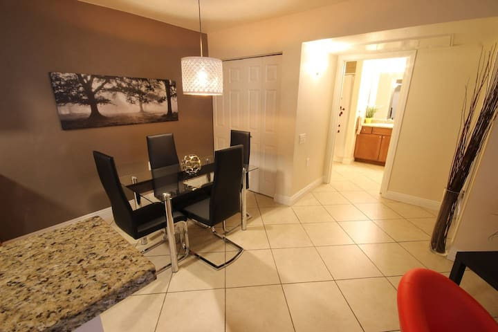 1BR/1BA Patio+Pool+Laundry Near Strip 700sqft S130