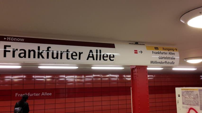 U Bahnhof Frankfurter Allee Richtung Gürtelstr. verlassen