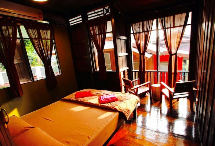 Thai Style-Private Wooden Room-5 min Khaosan Road