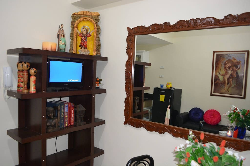 TV  WITH BIG WALL MIRROR