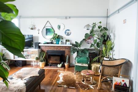 Stylish, inner-city, greenery-filled oasis - Spotswood