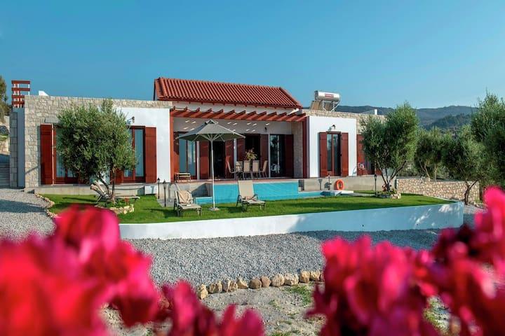 Villa boutique avec piscine et chaises longues à Arkadi