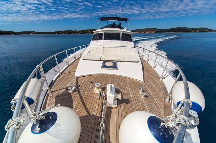Luxury yacht in Novalja for 10people with 1000HP