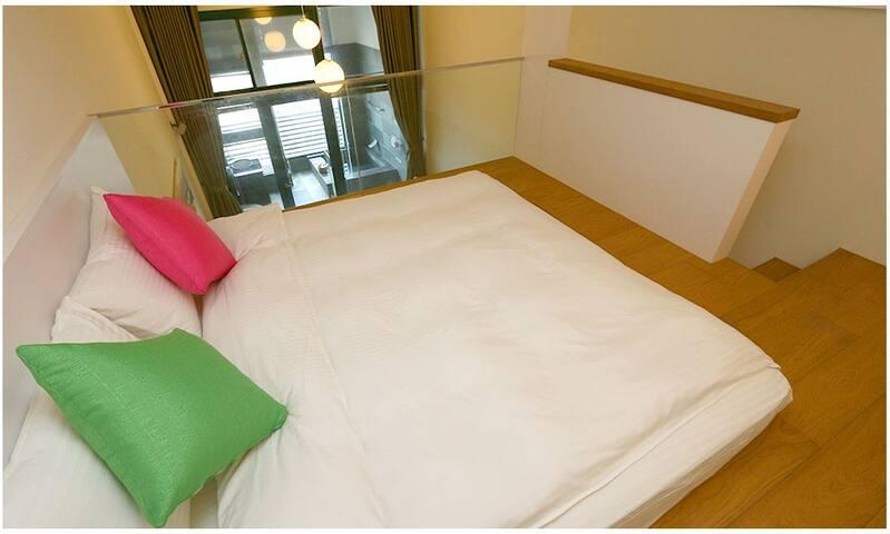 雙人床加大尺寸(可睡3人) 有需要旁邊可加舖一張10公分的單人記憶床墊