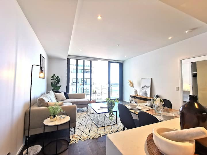 Luxury near new apartment right by Station and CBD