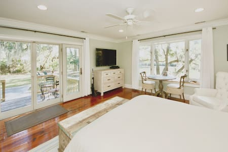 Waterfront Cottage Under Canopy of Live Oaks - Charleston - Guesthouse - 1