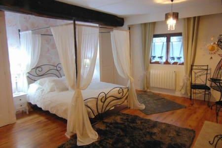 Chambre Noemie lit 160 à baldaquin - Notre-Dame-du-Touchet