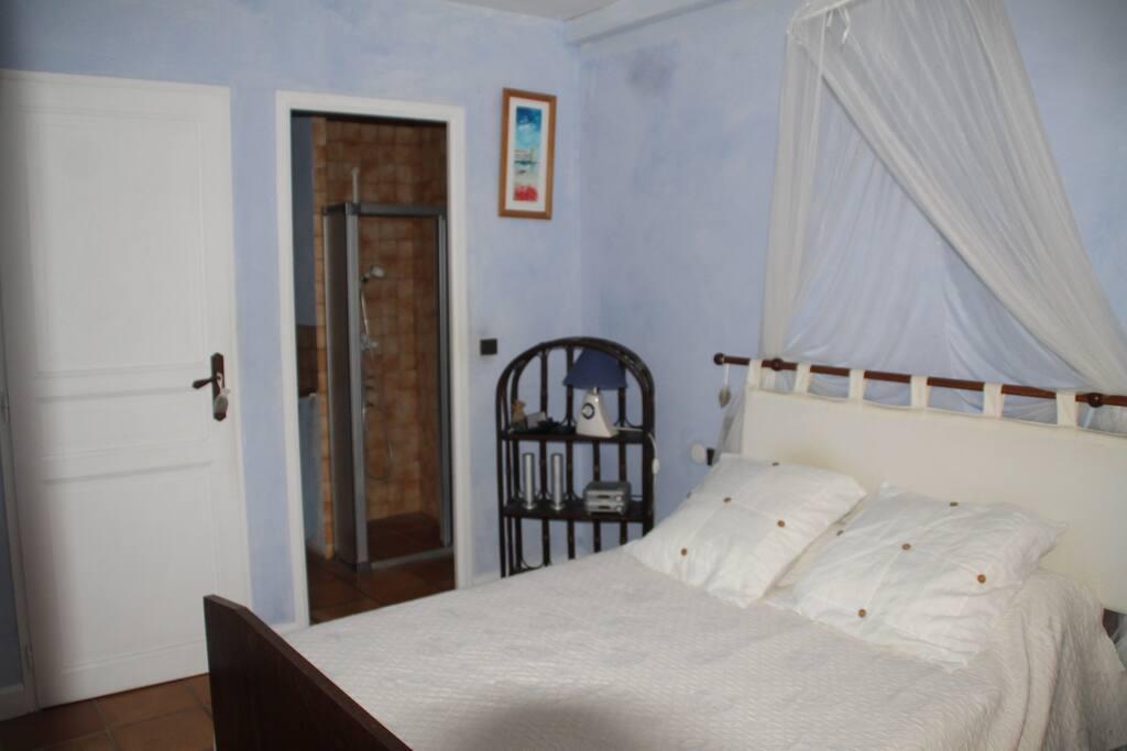 chambre avec fenêtre donnant sur patio intérieur