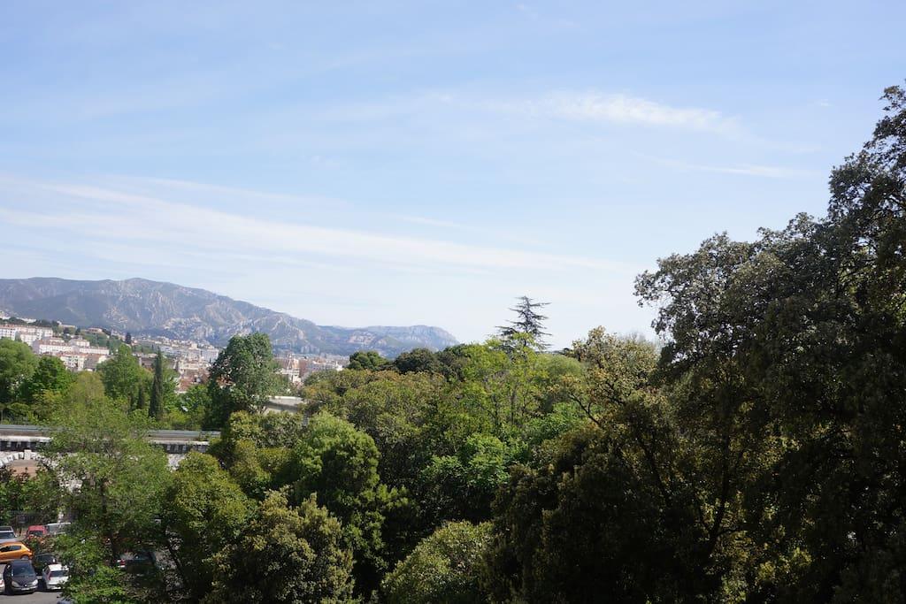 les collines au loin ...le jardin et son entrée à 30m