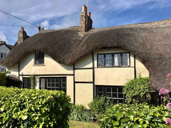 Thatched Cottage in the heart of Devon