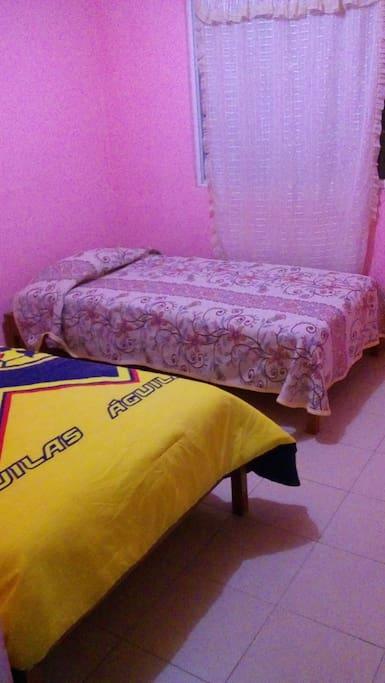 1 habitaciones con 2 camas individuales cu y espacio de closet