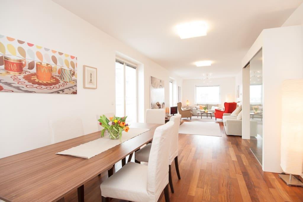 Wohnzimmer mit Essbereich / Living room with dining area