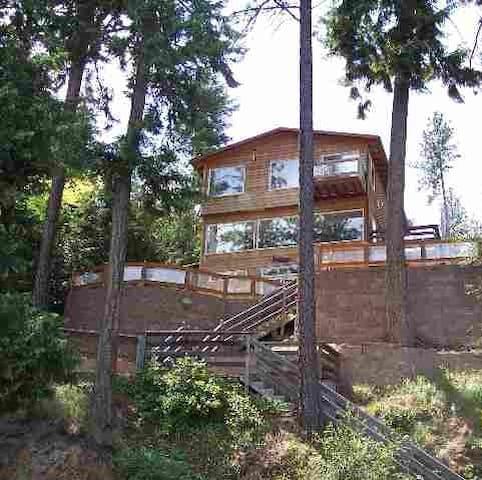 Spacious Liberty Lake Waterfront Home