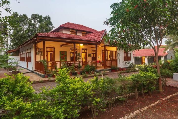 3 Bedroom Farmhouse on the Riverbank in Kamshet