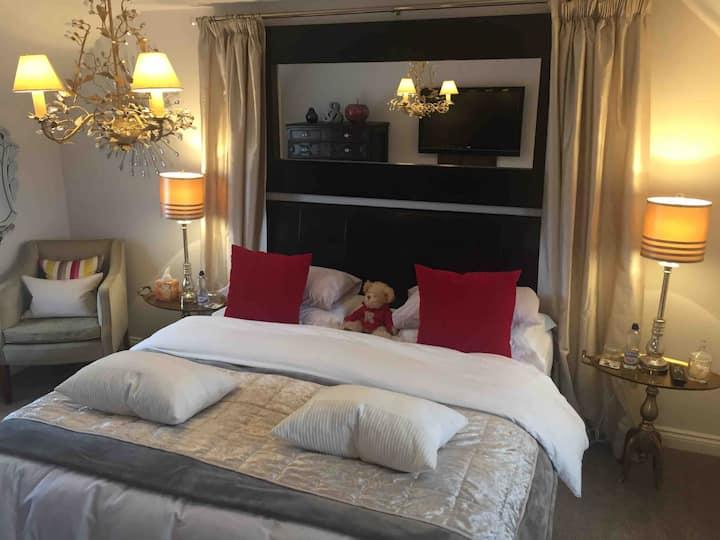 Modern Private Bedroom, Bathroom & Lounge