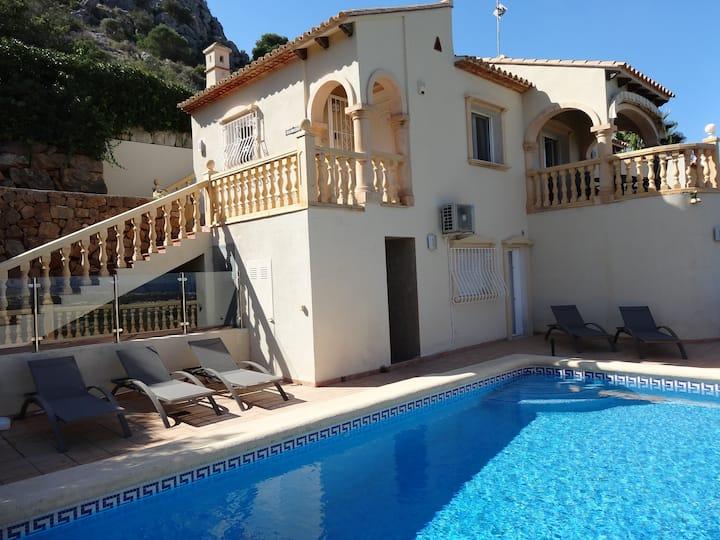Villa with private pool, sea view, A/C, wifi.