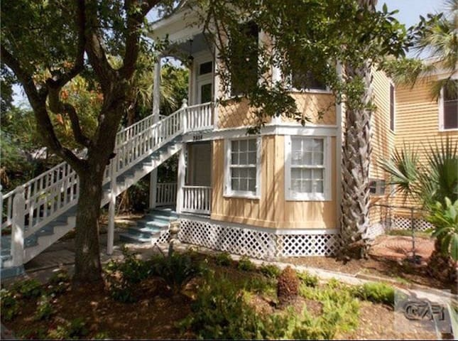 Classic Galveston Beach Bungalow - Galveston - Bungalow
