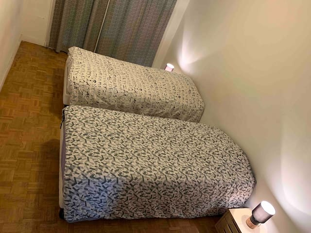 Chambre spacieuse et privé, tranquillité assurée.