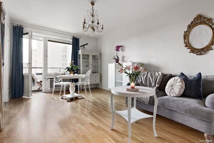 Cosy apartment on 7th floor next to metro & shops