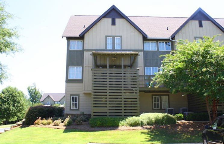 Upscale 2BR Townhouse in Creekside, On Transit!