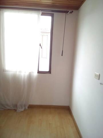 Habitacion comoda y en hogar de familia.