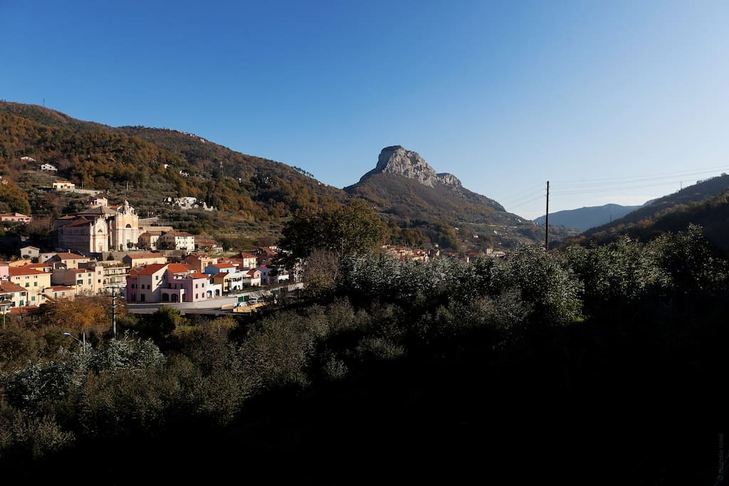 Vista di Calice Ligure con Rocca di Perti