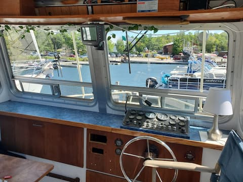 35' Houseboat Getaway for Two