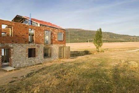 La Ruina Habitada - Porquera de los Infantes