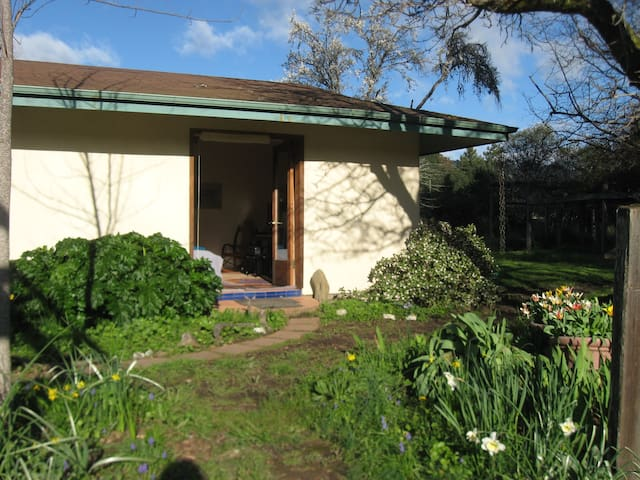 Strawbale guesthouse in a gorgeous private setting - Boonville