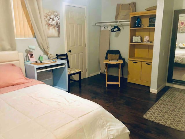 Ontario CA 🌴✈️ Room🏡 W/private entrance & bathroom
