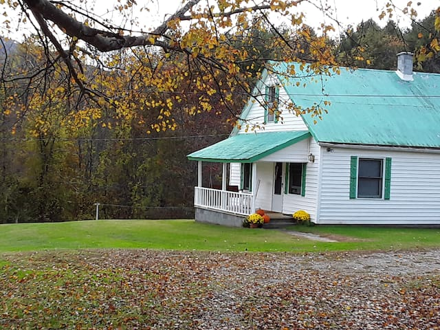 4-acre Farmhouse minutes from Blue Ridge Parkway