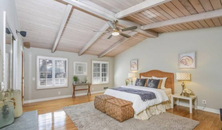 Single room in huge 4 Bedroom home close to beach