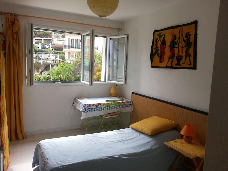 chambre pour une ou deux personnes avec placard (penderie et étagère) et table de travail