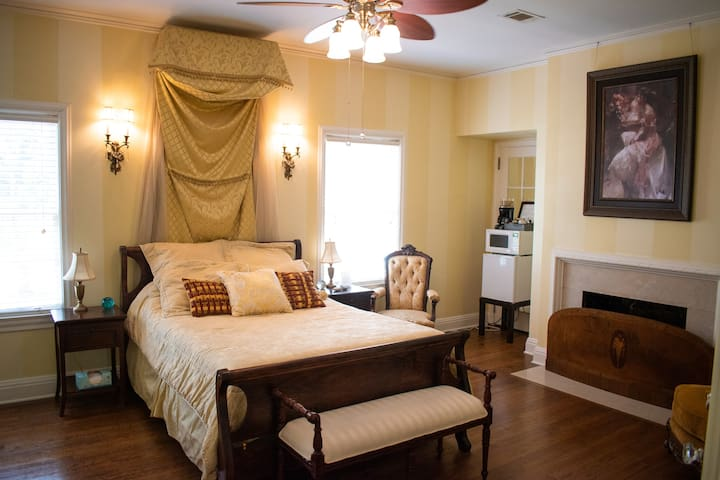Astin Mansion's Gold Suite