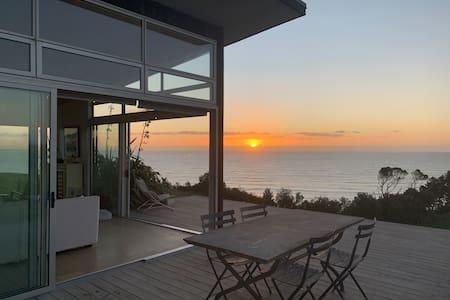 180° seaviews, superior coastal cottage