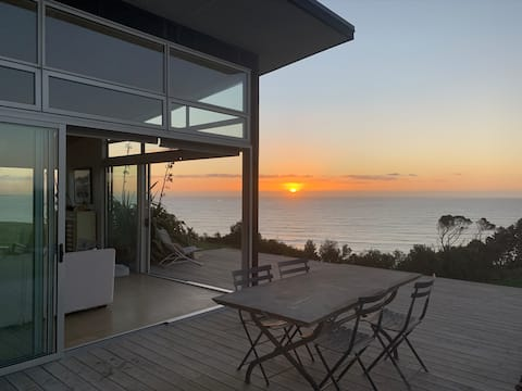 180° seaviews, superior coastal cottage