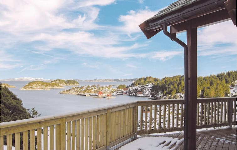 Holiday cottage with 3 bedrooms on 90m² in Bekkjarvik