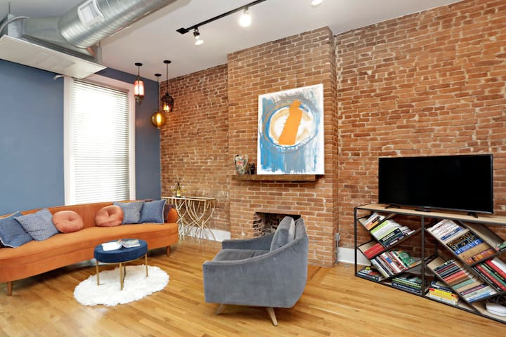 City Chic Loft Downtown-walk to the hottest spots!