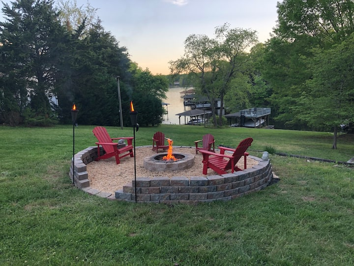 Honeysuckle Hideout: Waterfront Haven on Lake Anna