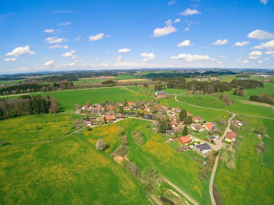 Luftaufnahme von Mollenberg im Frühling zeigt die Landidylle.