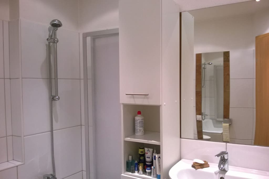 Splendid bathroom, with bathtub.