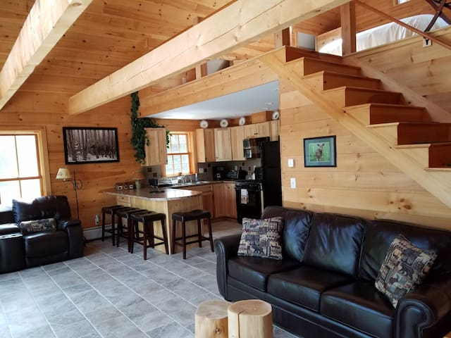 Four-season cottage for 2. One hour from Acadia.