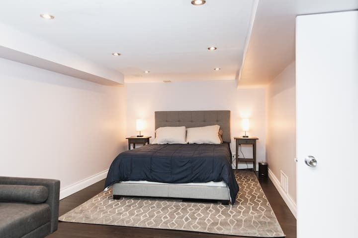 【Main Bedroom】  Spacious room, with a Queen Size bed and its own couch for more comfort and extra sleeping space!
