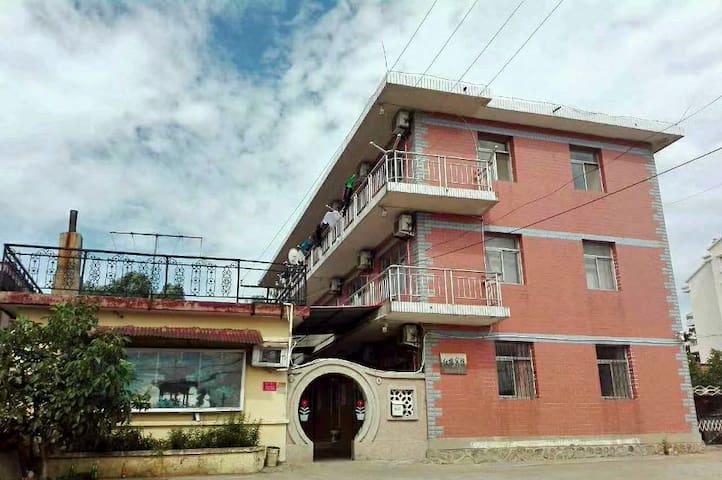 红楼旅馆给您提供温馨的住处和贴心的服务!离海边很近哦!