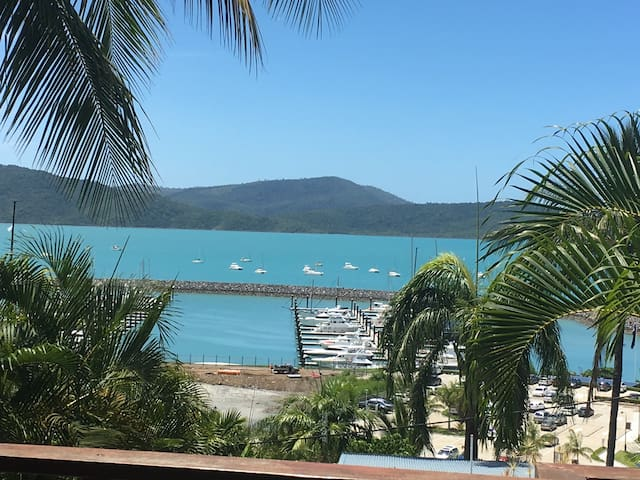 THE DECK - GREAT VIEWS HEART OF AIRLIE BEACH - Airlie Beach - Huoneisto
