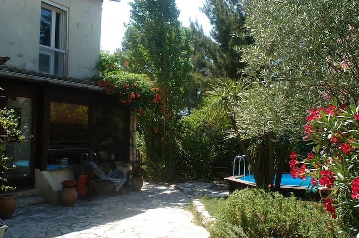 Villa 100m2, 6 personnes, au vert, près des plages - Castries - วิลล่า