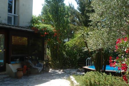 Villa 100m2, 6 personnes, au vert, près des plages - Castries - 別荘
