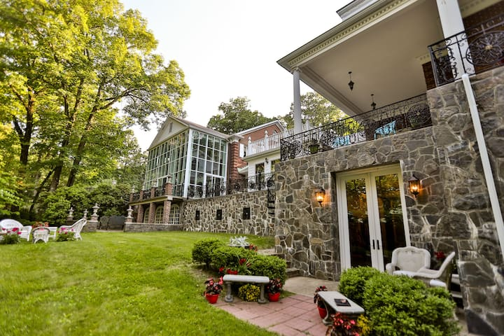 Hudson Valley Grand Manor House-Private Apartment