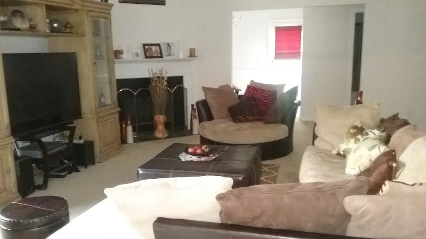 Quiet & Cozy with entire upstairs-2 bedrooms