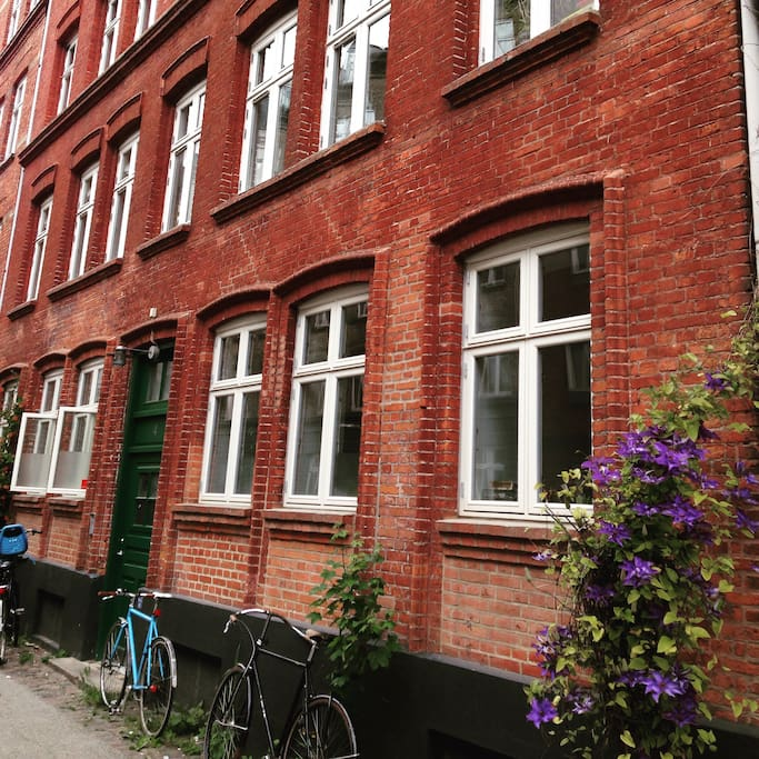 The building from the street - welcome to Nørrebro !